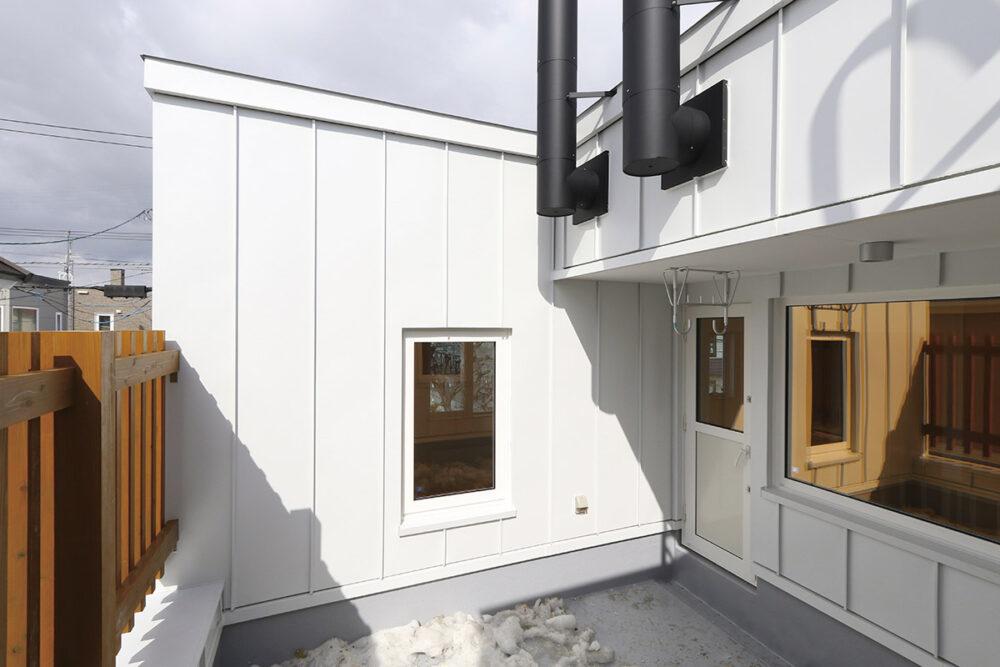 2階のウッドテラスは、設計士のお父様の提案。空間の有効利用のほか採光の効果も