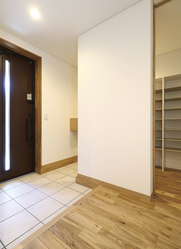 玄関はゆとりのある設計としてシューズクローゼットも充実