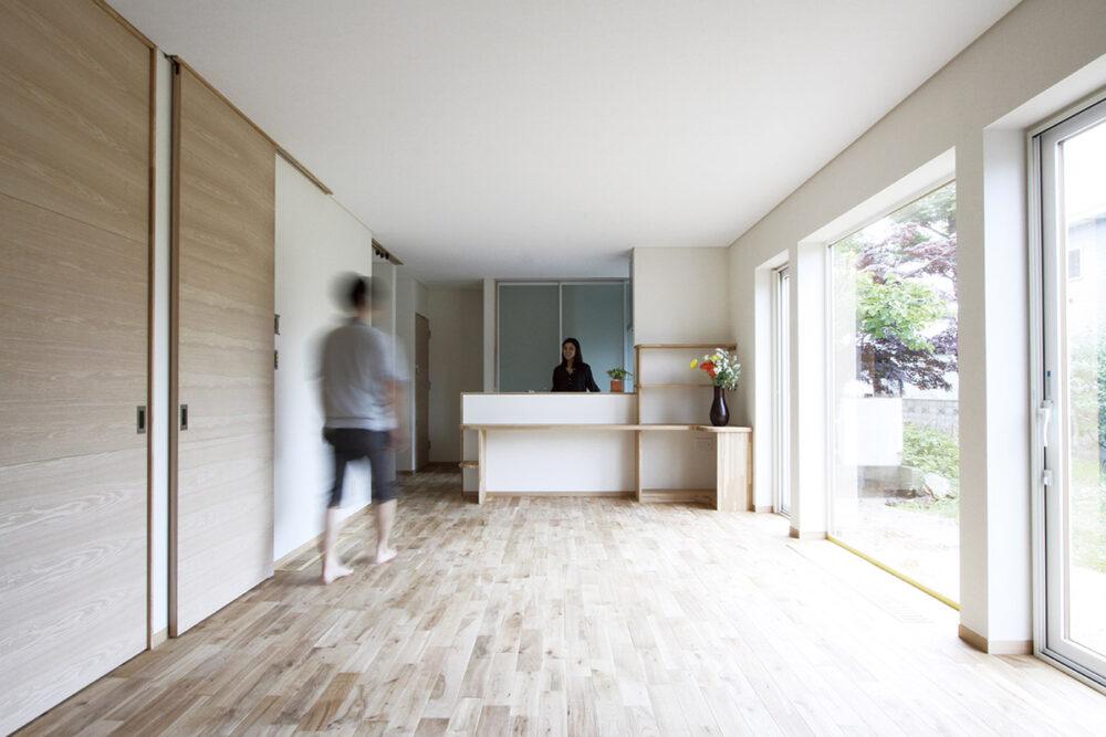 左手のハイドアタイプの建具はタモの面材を使用。Tさん自ら塗った床は自然塗料によるナチュラルな質感