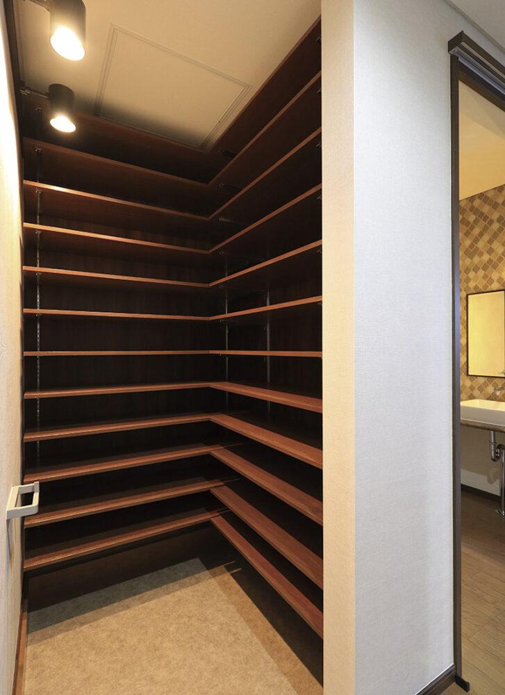 天井までの造作棚を設置した大容量のシューズクローゼット