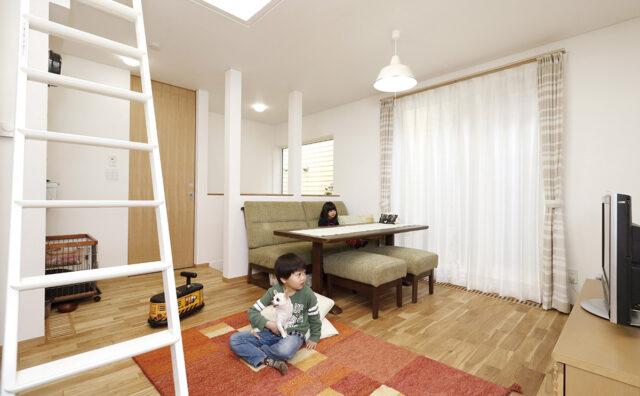 ミニマムだけど明るく広がりを感じられる。 パッシブ換気と無垢材が香る自然素材の家