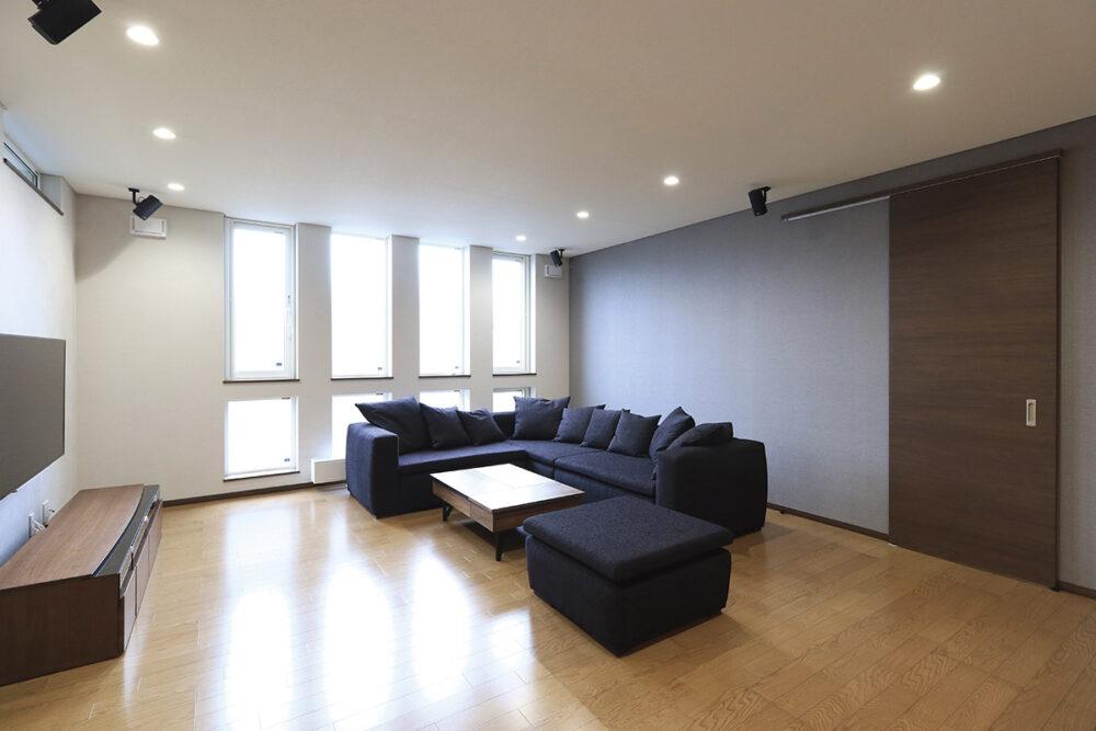 天井高2.6mの開放感あふれるLDK。照明はダウンライトを採用してモダンな空間に