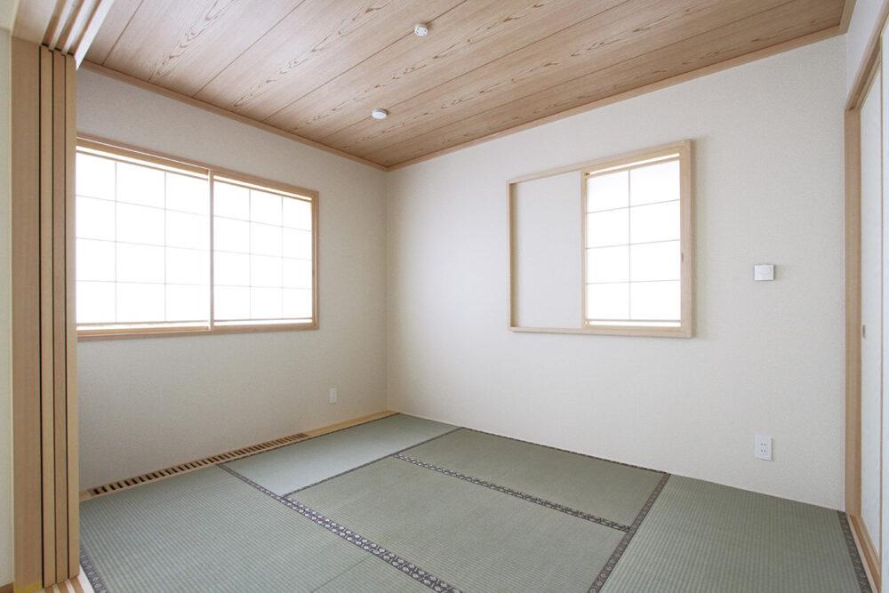 ダイニング・リビングに続く和室は2面採光の設計。「和室のない住まいは考えられませんでした」とTさん