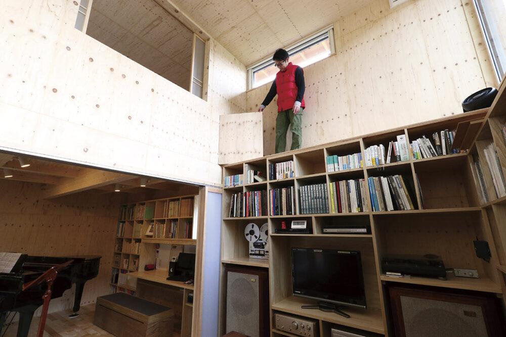 本棚上部の通路には、ハイサイド窓の換気用に寝室に設けた小扉から出入りできる