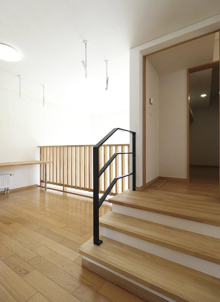 2階はスキップフロアでウォークインクローゼットと寝室へとつながる