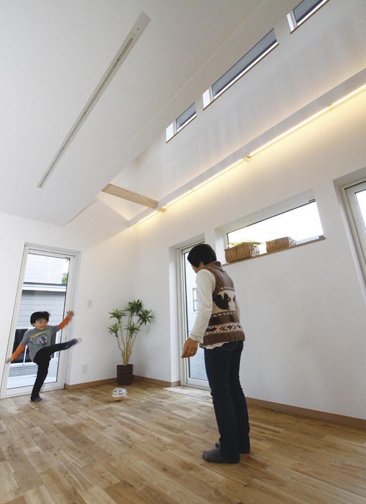 Mさんの要望により、リビングと主寝室の壁側には照明幕板を張って間接照明を設置