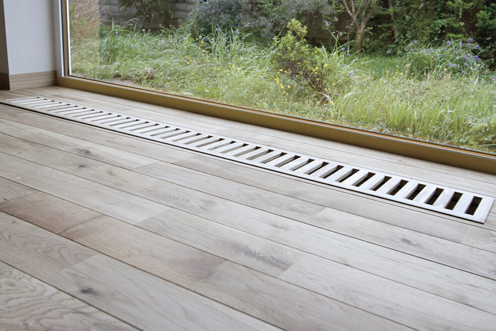 空気の対流を考えてリビングの床に設けたパッシブ換気のためのガラリ