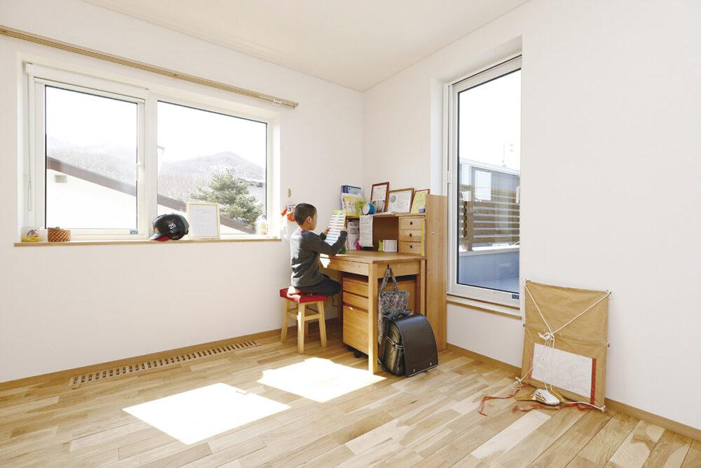 2面採光で明るさも十分な子ども部屋。床にはパッシブ換気のためのガラリも設置