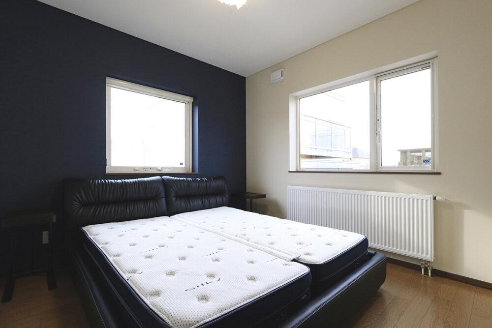 寝室はシックな色合いの壁面仕上げとして、落ち着きのある空間に