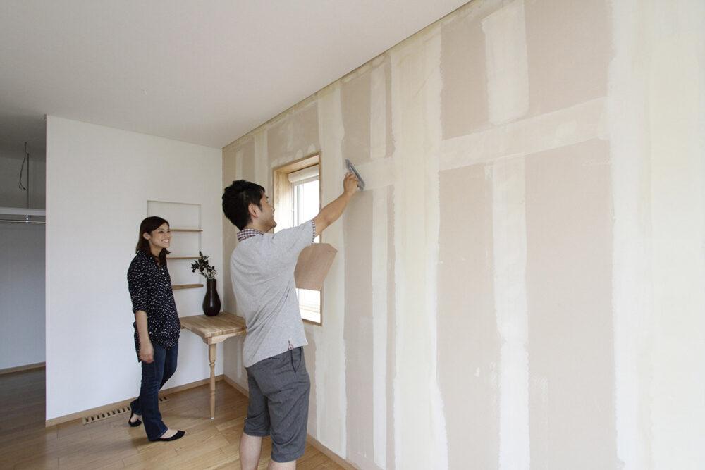 「寝室の壁には仁木産ゼオライトを塗ります」とポーズを決めるTさん