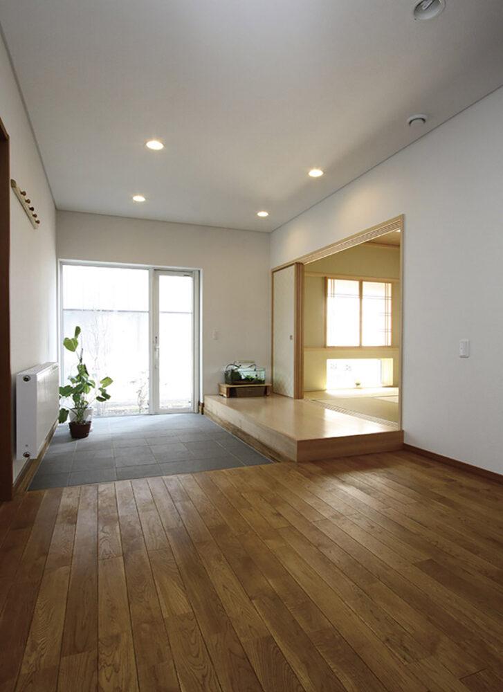 広々とした玄関は、本州の「広縁」をイメージ。南面の開口からの採光を取り込む仕掛けで、三和土から庭へも行き来できる