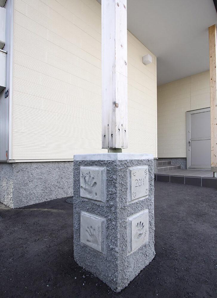 玄関脇の柱本に設けられた家族の手形が入った土台。家づくりの記念になるとMさん一家も大満足