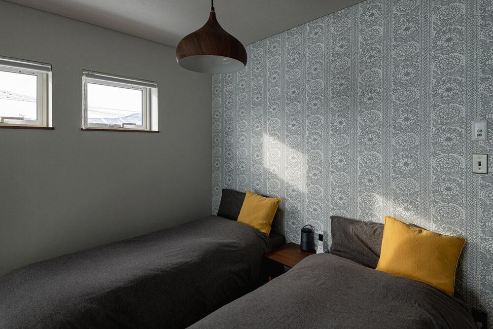 落ち着いた雰囲気のクロスを選んだ夫婦の寝室