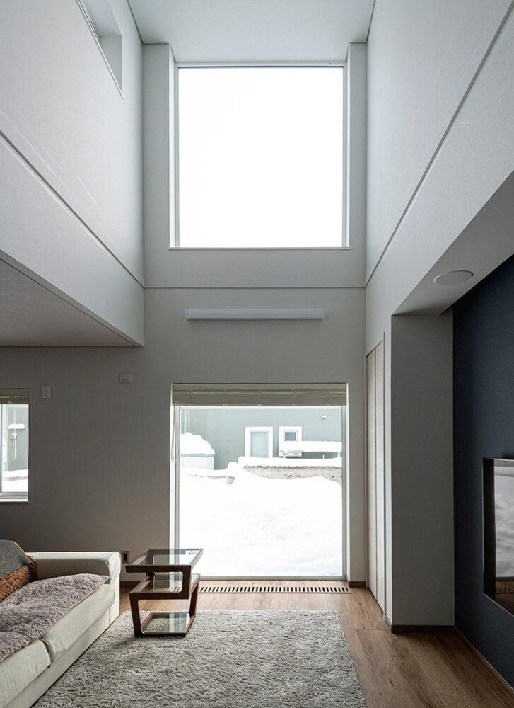 上下に設けた大きな開口から注ぐ光が、「終のすみかは明るい家にしたい」というYさんご夫妻の希望を叶えてくれる