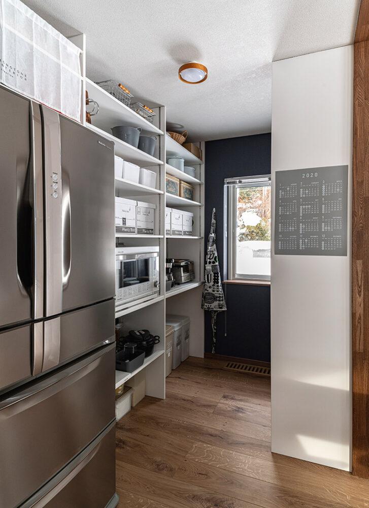 パントリーには冷蔵庫も収納しており、磨りガラスの扉が目隠しに。「隠す収納を希望していたので、嬉しいです」