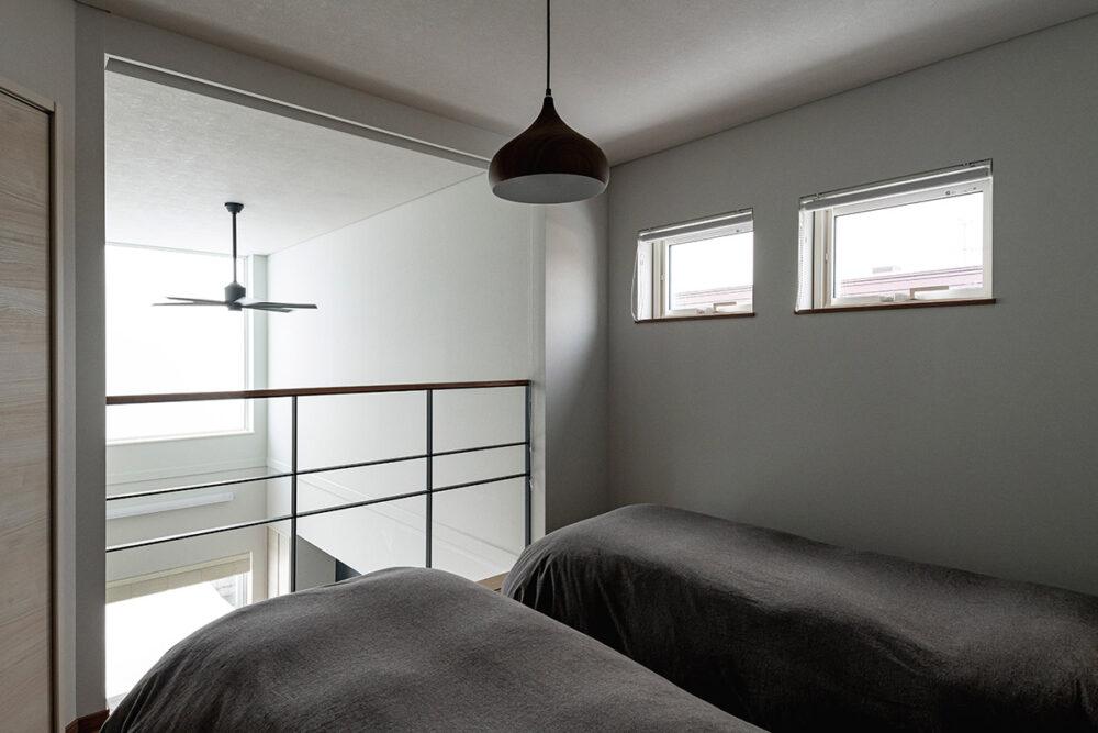 大きな窓のおかげで寝室には朝陽が射し込んで、自然と目を覚ますことができる