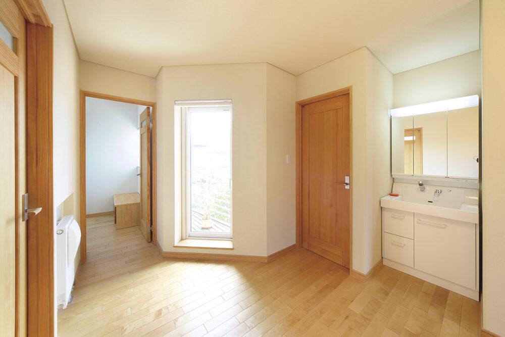 2階の階段上のホールもゆとりのあるプランで、バルコニーから射し込む光が明るく空間を照らす