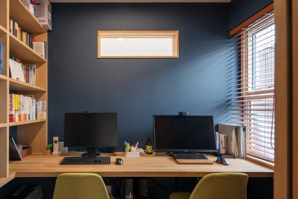 集中力を高めるために、適度な狭さを希望したというご夫妻の書斎。2つの窓がコンパクトな室内に広がりをもたらす
