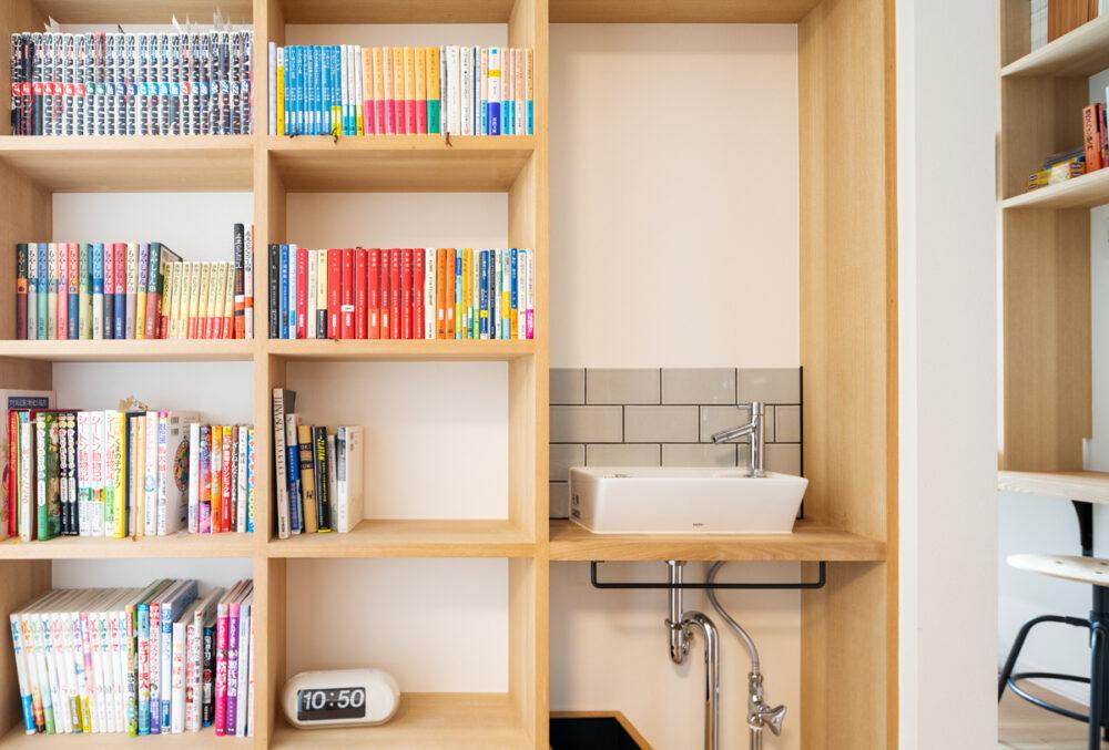 造作本棚は、棚の一部に手洗いを設置。限られたスペースを有効利用するためのセンスの効いたアイデアだ