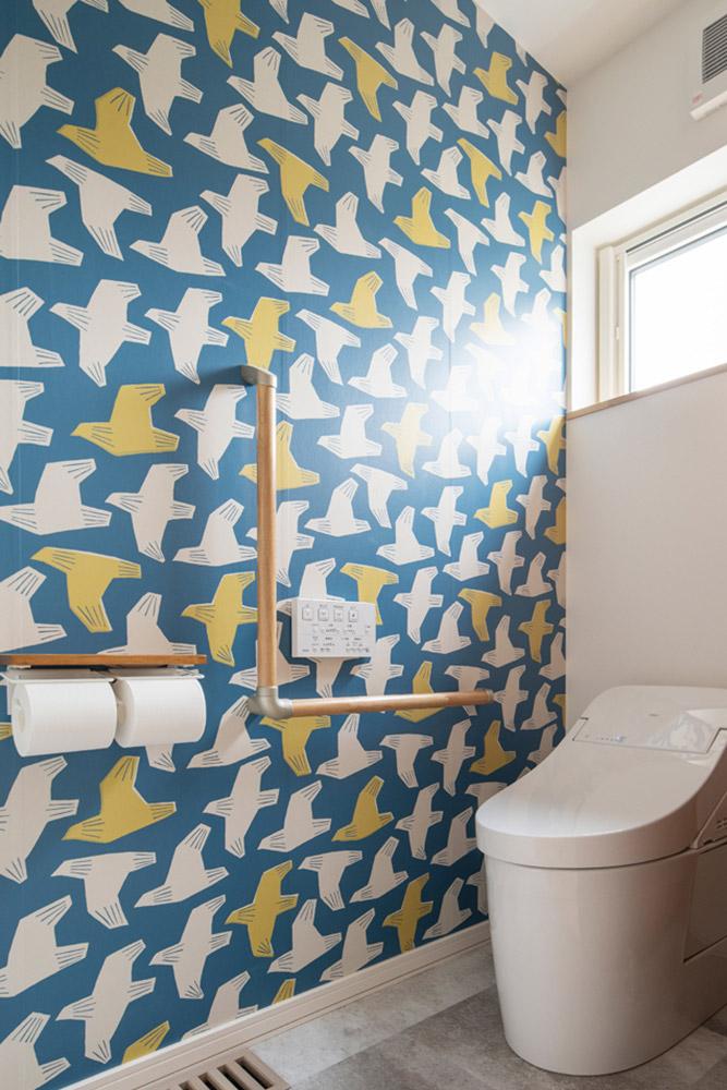 1階のトイレは、鳥をモチーフにしたクロスで遊び心をプラス