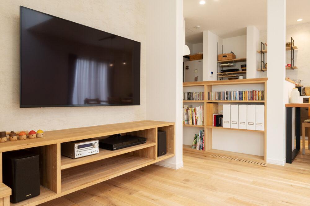 テレビ台や本棚など、造作家具は現場で微調整をしてつくりあげた。「高さや奥行きなど、所有している本に合わせて造作したオープンな本棚は、本の多いわが家では非常に重宝しています」とMさん