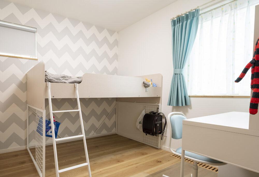 長女の部屋は、壁紙も本人のセレクト。勉強に集中できる環境が整っている