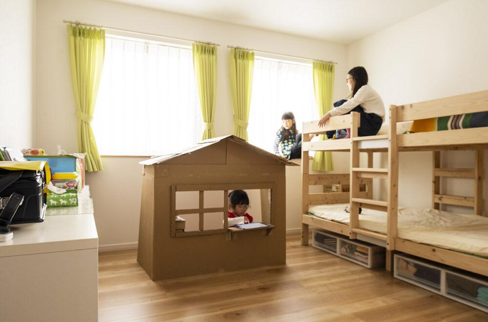 次女と三女のための子ども部屋は、ゆとりのある広さでのびのび遊べる