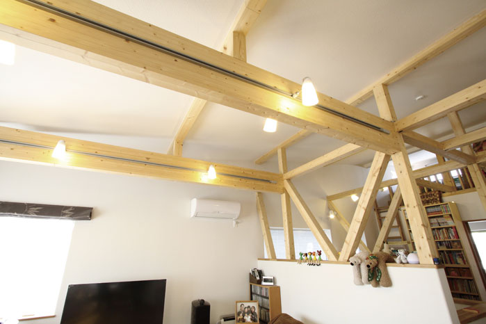 「木が見える家にしたい」というMさんの要望を受けてプランされた、現しの集成材の柱や梁