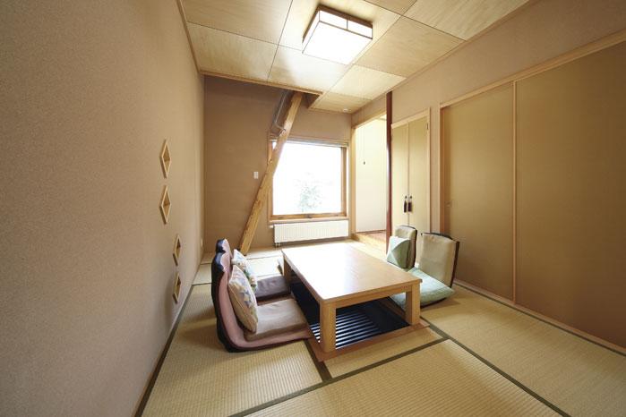 和室には掘りごたつを設置。奥のはしごを上ると小屋裏部屋へとつながる