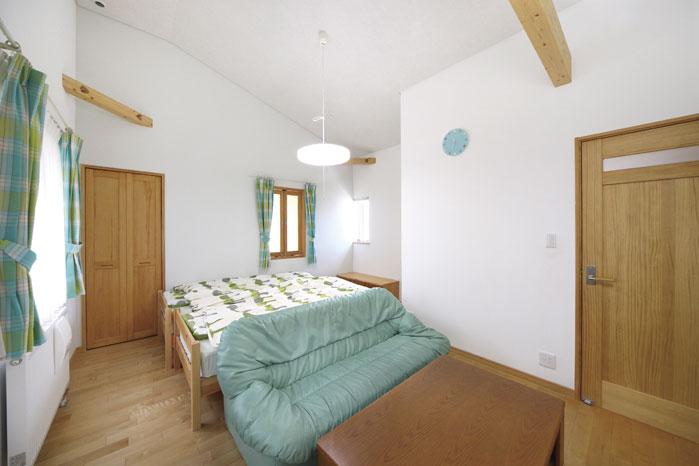 2階の子ども室は最大天井高が4m弱もあるのびやかな設計。将来は間仕切って2部屋にもできる仕様