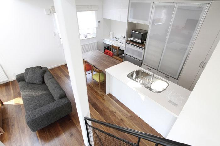 階段から見たリビング・ダイニング・キッチン。デザインと使いやすさを兼ね備えたプラン