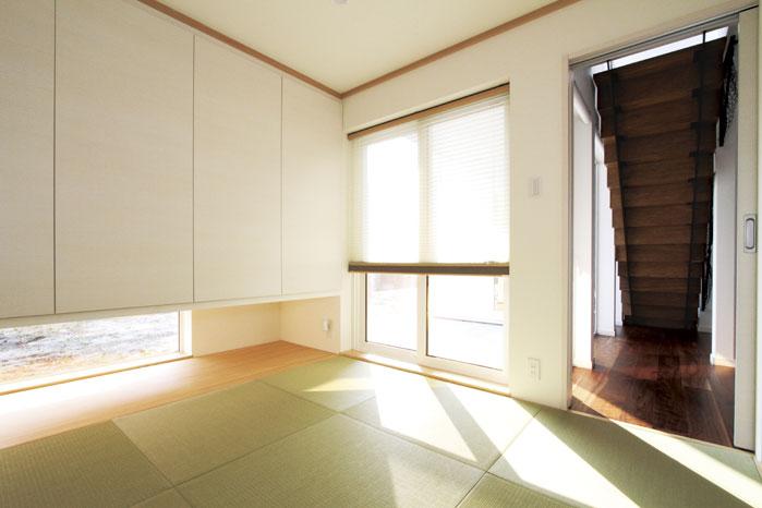 独立したプランだが、リビングドアがないため続き間としても活用できる1階和室
