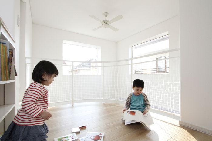 子どもたちも開放的な空間がお気に入り。新居でのびのびと過ごしている