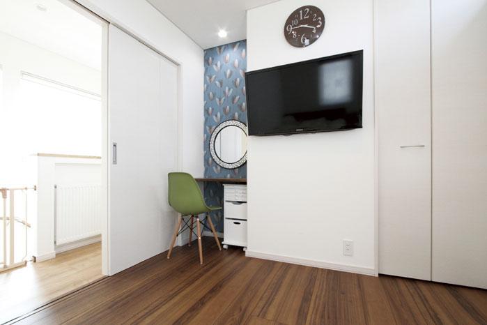 2階主寝室の壁掛けテレビの横に造作カウンターを設えドレッサースペースに