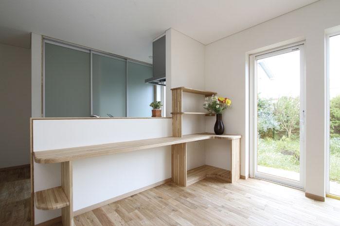 幅広のキッチン収納は扉を閉めると生活感が出ないように配慮して設計されたもの