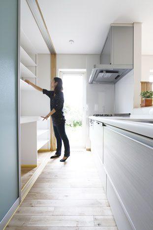 キッチン収納は使い勝手を重視した棚付きで造作され、寸法も奥さんに合わせてフィットさせている