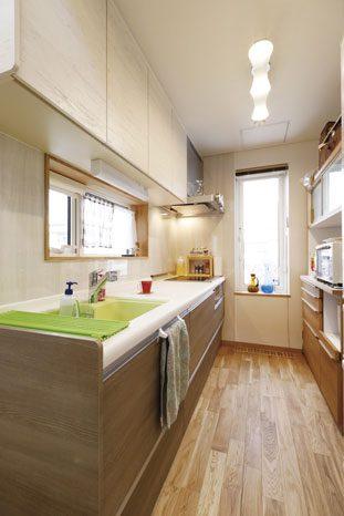 壁付けのキッチンは正面に開口部を設けて明るく作業しやすい環境に