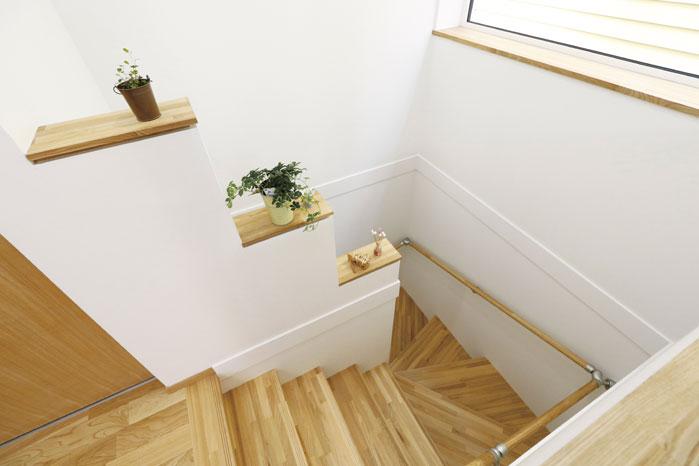 階段にも大きな開口部を設けて明るさに満ちたプランとしている