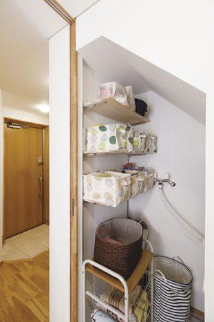 階段下を有効に活用した収納のための造作。洗濯スペースも兼ねた家事ラクな仕掛けでもある