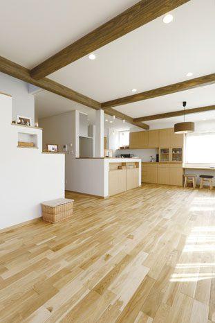 約23.5畳もある広々としたLDK。和室に隣り合う壁面には造作の棚を設置