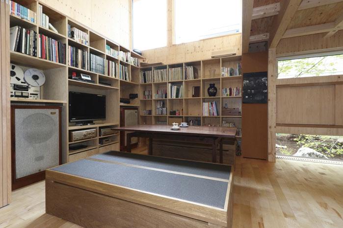 壁2面に造作の書棚とTV・オーディオの造作収納を配置