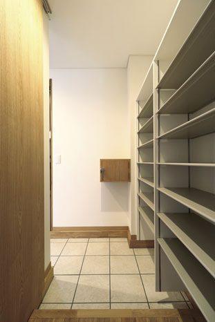 シューズクローゼットには外気が入らない気密性の高い新聞ボックスも設置