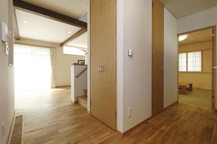 1階は回遊できる設計として、来客時もリビングを通らずに玄関から和室へ通すことができるので便利