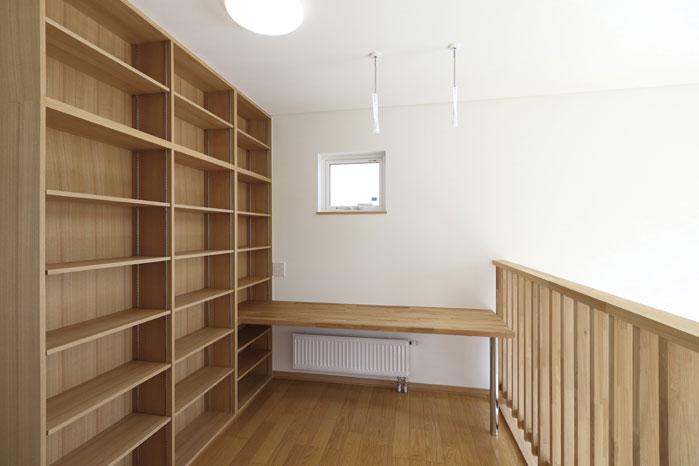 吹き抜け上部の2階フリースペースには力ウンターと書棚を造作