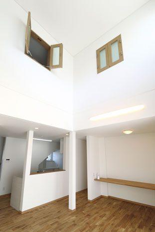 ダイニングの吹き抜けを囲むように配された子ども部屋。2部屋ともに観音扉の窓を配置