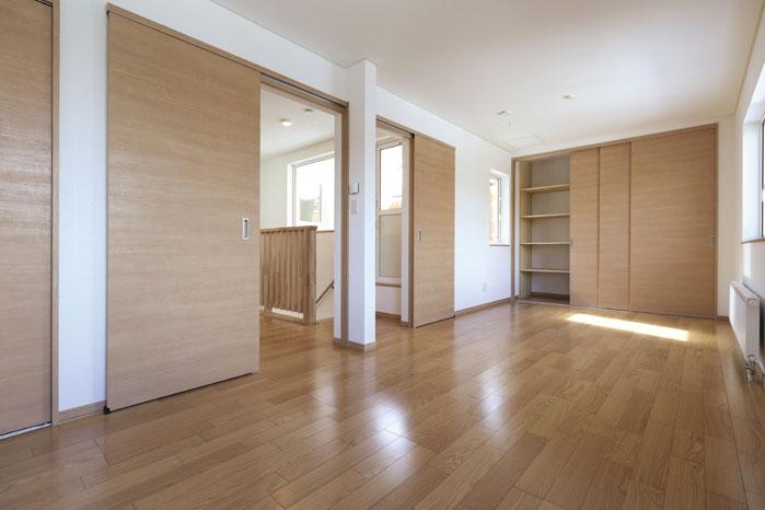 将来的には間仕切りもできる2階の洋室。クローゼットには便利な棚を造作