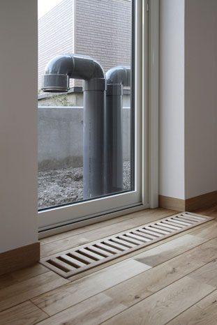 パッシブ換気の給気筒とリビングの床に設置したパッシブ換気用のガラリ