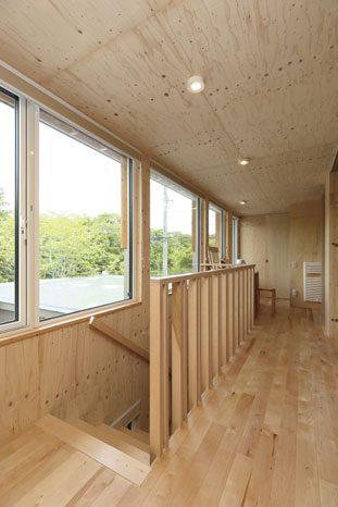 床も天井も内壁も木の素地を活かした清々しい仕上げ。木の質感が心地よい