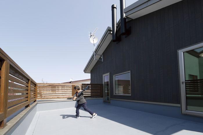 2階の広々としたバルコニーは子どもの遊び場にも。写真中央上部はパッシブ換気の排気筒