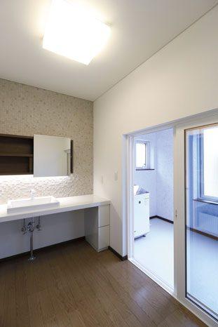 作業性も重視して広々と設けられた洗面脱衣室とランドリースペース